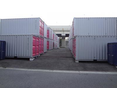 北側入口の両脇には、一つずつバイクボックスが設置