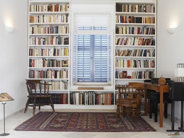 天井まで高さのある本棚のイメージ