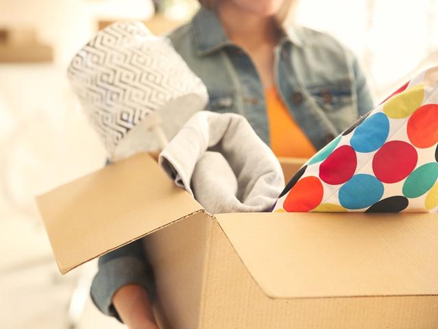 引っ越しの荷造りをする女性