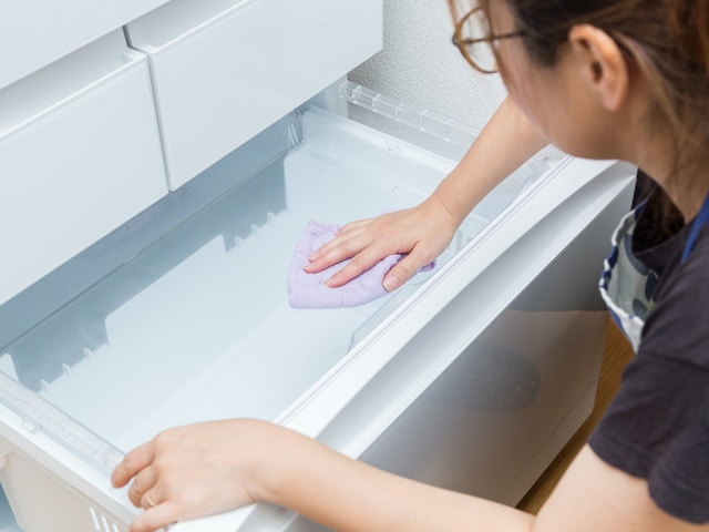 冷蔵庫を掃除するイメージ