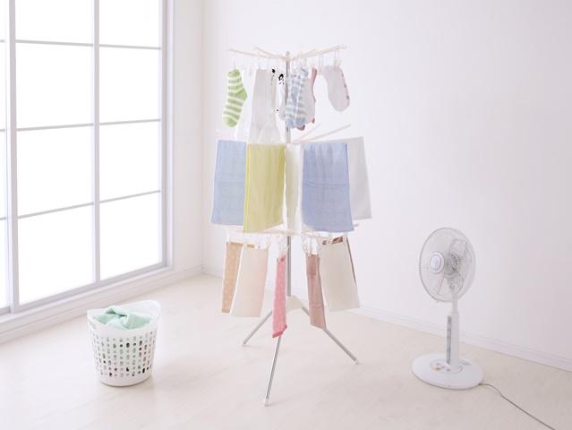 洗濯物に扇風機の風を当てる